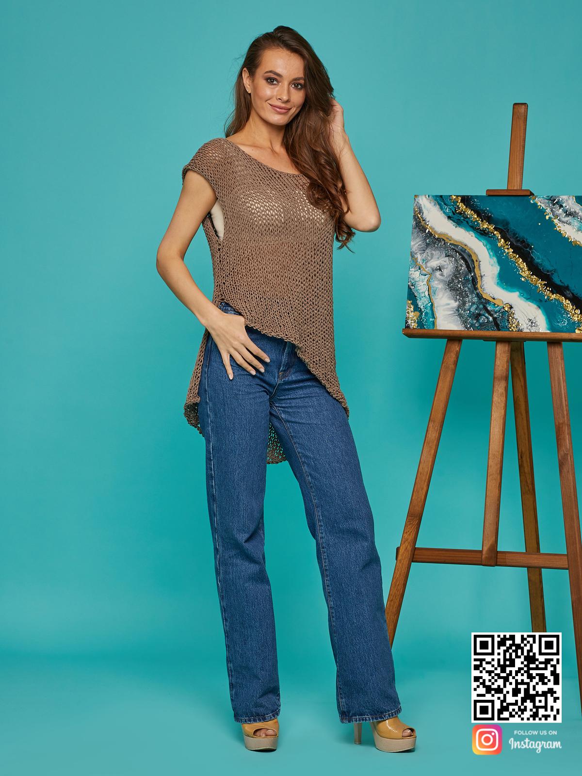 На фотографии женская вязаная футболка от Shapar, бренда одежды ручной работы в интернет-магазине связанных спицами вещей.
