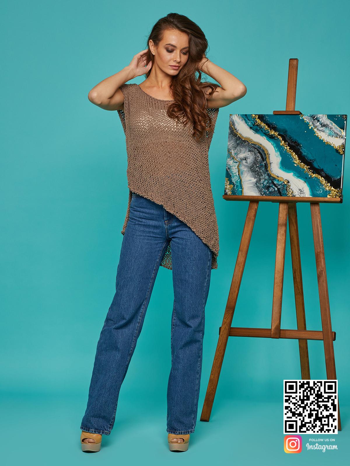 На пятой фотографии вязаная футболка коричневого цвета от Shapar, бренда одежды ручной работы в интернет-магазине связанных спицами вещей.