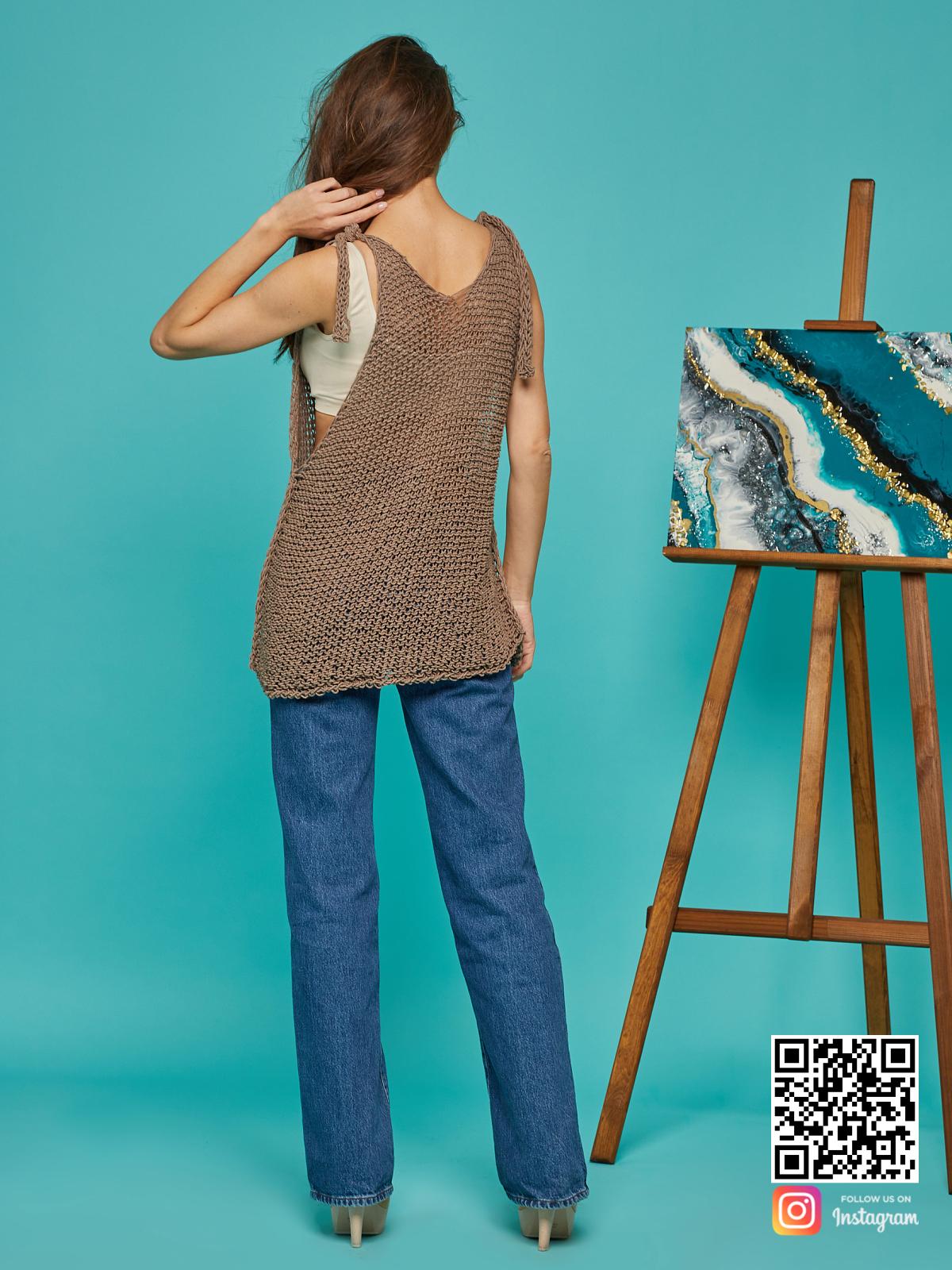 На второй фотографии женская вязаная майка со спины от Shapar, бренда одежды ручной работы в интернет-магазине связанных спицами вещей.