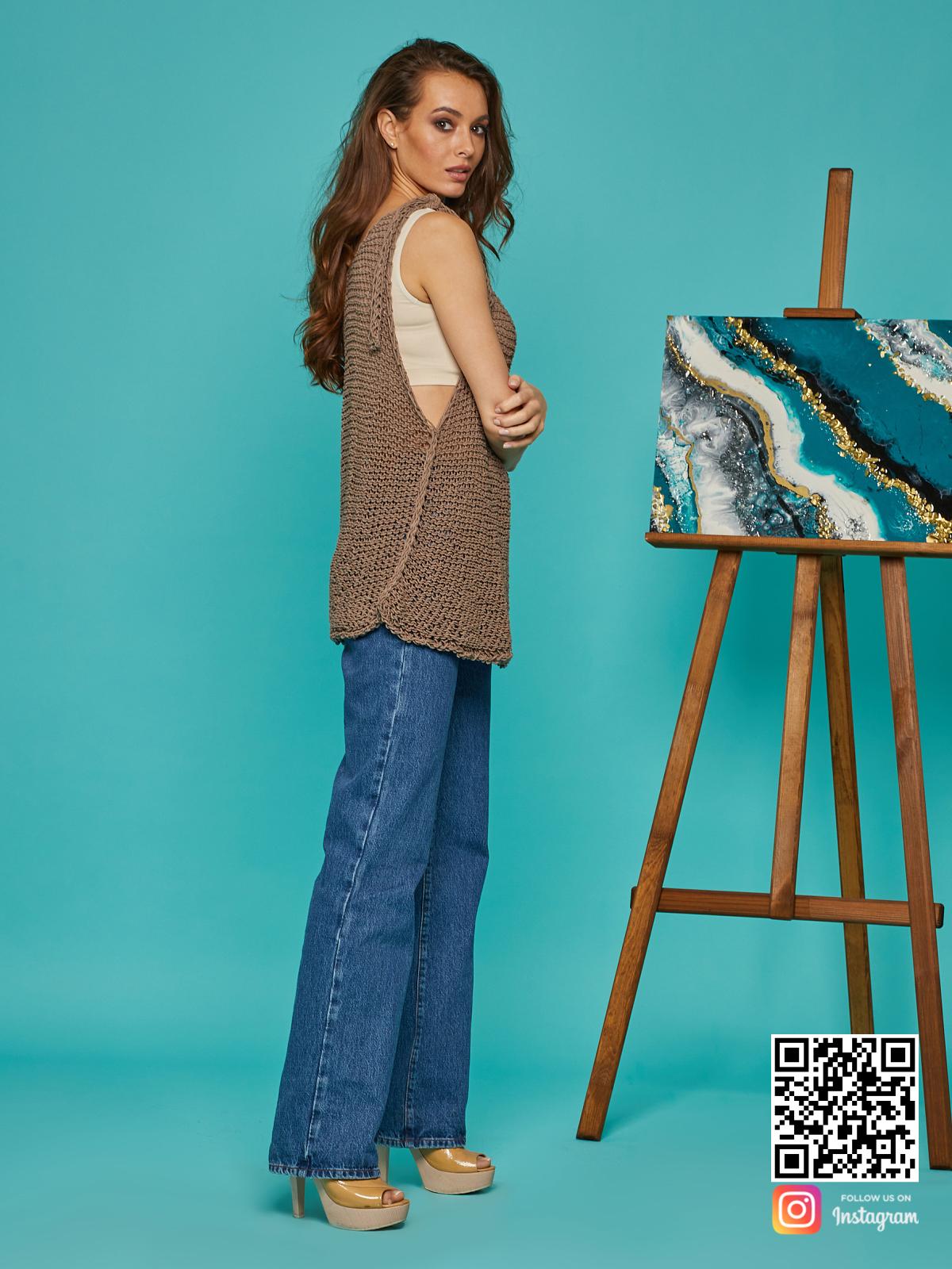 На четвертой фотографии коричневая вязаная майка от Shapar, бренда одежды ручной работы в интернет-магазине связанных спицами вещей.