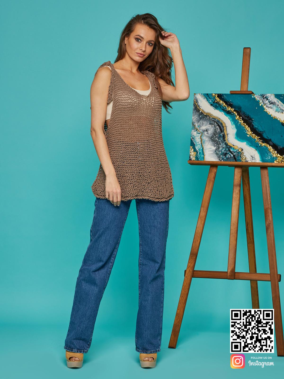 На фотографии женская вязаная майка от Shapar, бренда одежды ручной работы в интернет-магазине связанных спицами вещей.