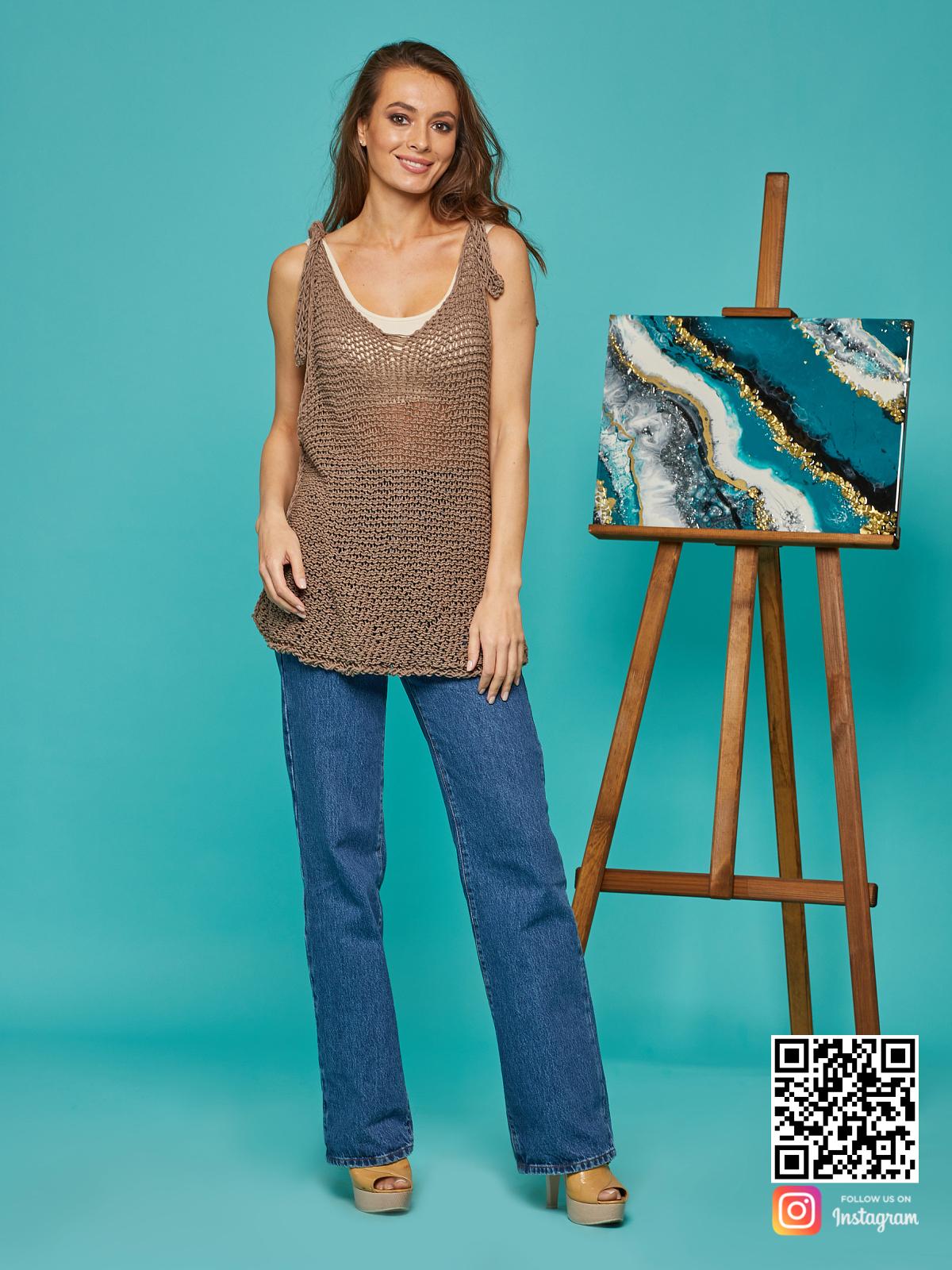 На пятой фотографии женская вязаная майка коричневого цвета от Shapar, бренда одежды ручной работы в интернет-магазине связанных спицами вещей.