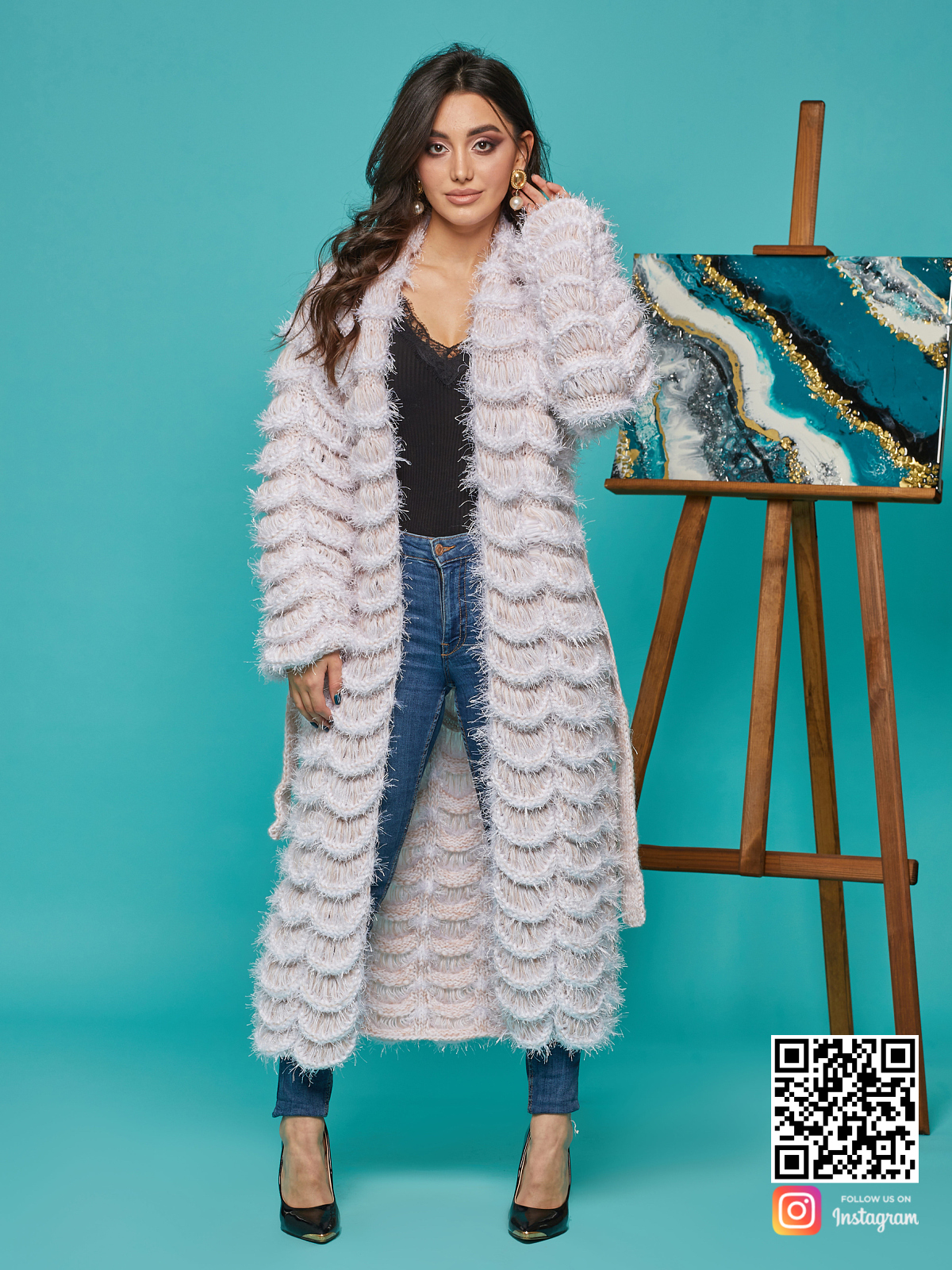 На фотографии ажурный кардиган женский от Shapar, бренда вязаной одежды ручной работы в интернет-магазине связанных спицами вещей.