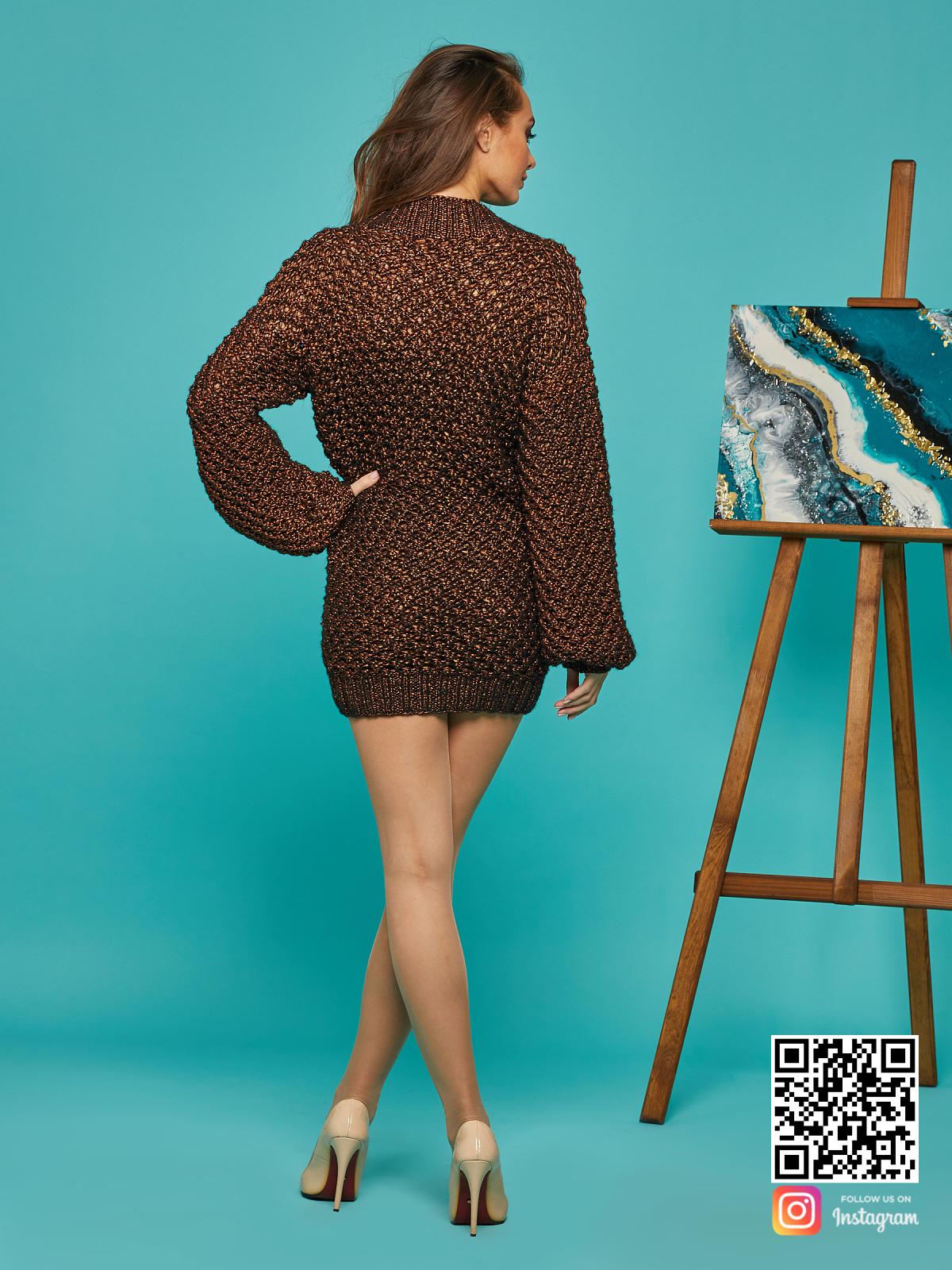 На пятой фотографии нарядный женский свитер оверсайз спицами от Shapar, бренда вязаной одежды ручной работы в интернет-магазине связанных вещей.