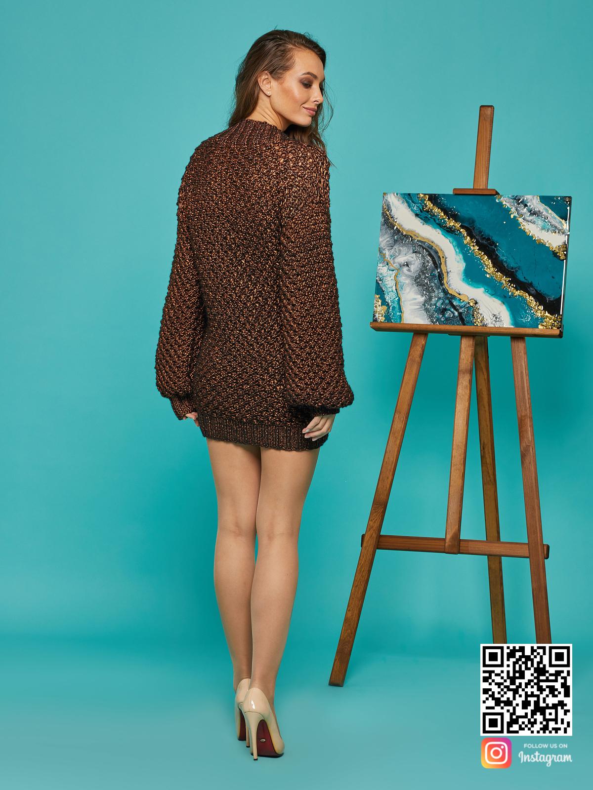 На второй фотографии женский свитер оверсайз спицами со спины от Shapar, бренда вязаной одежды ручной работы в интернет-магазине связанных вещей.