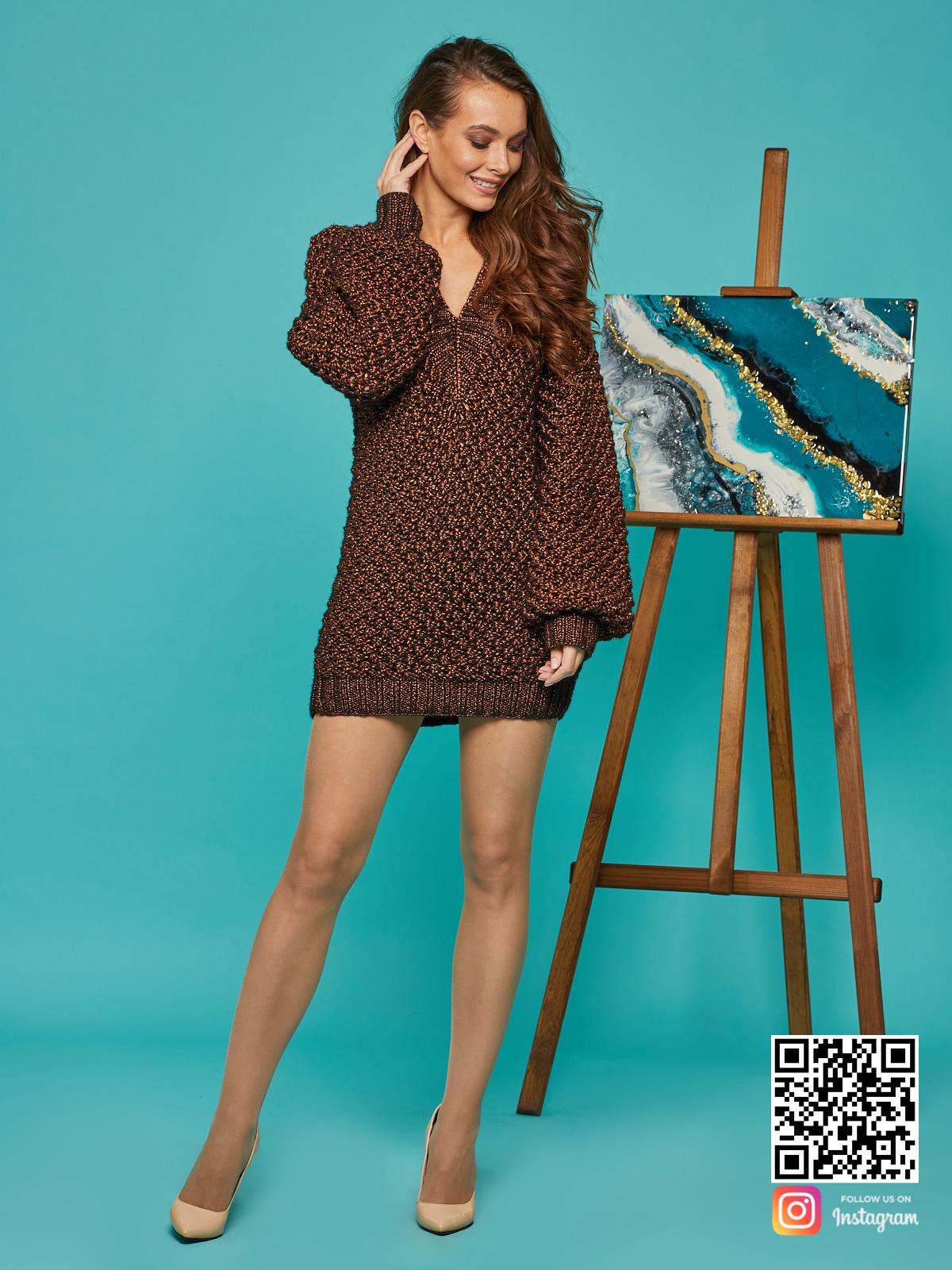 На фотографии женский свитер оверсайз спицами от Shapar, бренда вязаной одежды ручной работы в интернет-магазине связанных вещей.