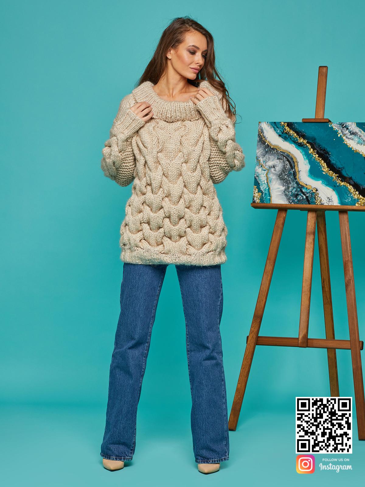 На третьей фотографии бежевый женский свитер с косами от Shapar, бренда вязаной одежды ручной работы в интернет-магазине связанных спицами вещей.