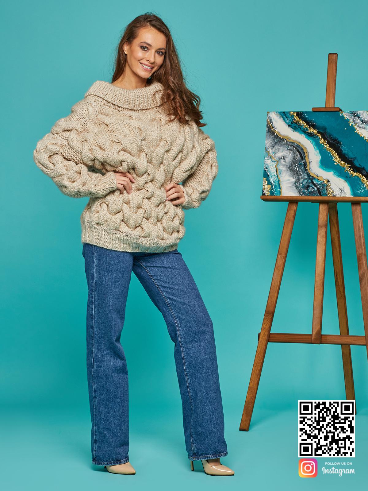На пятой фотографии теплый женский свитер с косами от Shapar, бренда вязаной одежды ручной работы в интернет-магазине связанных спицами вещей.