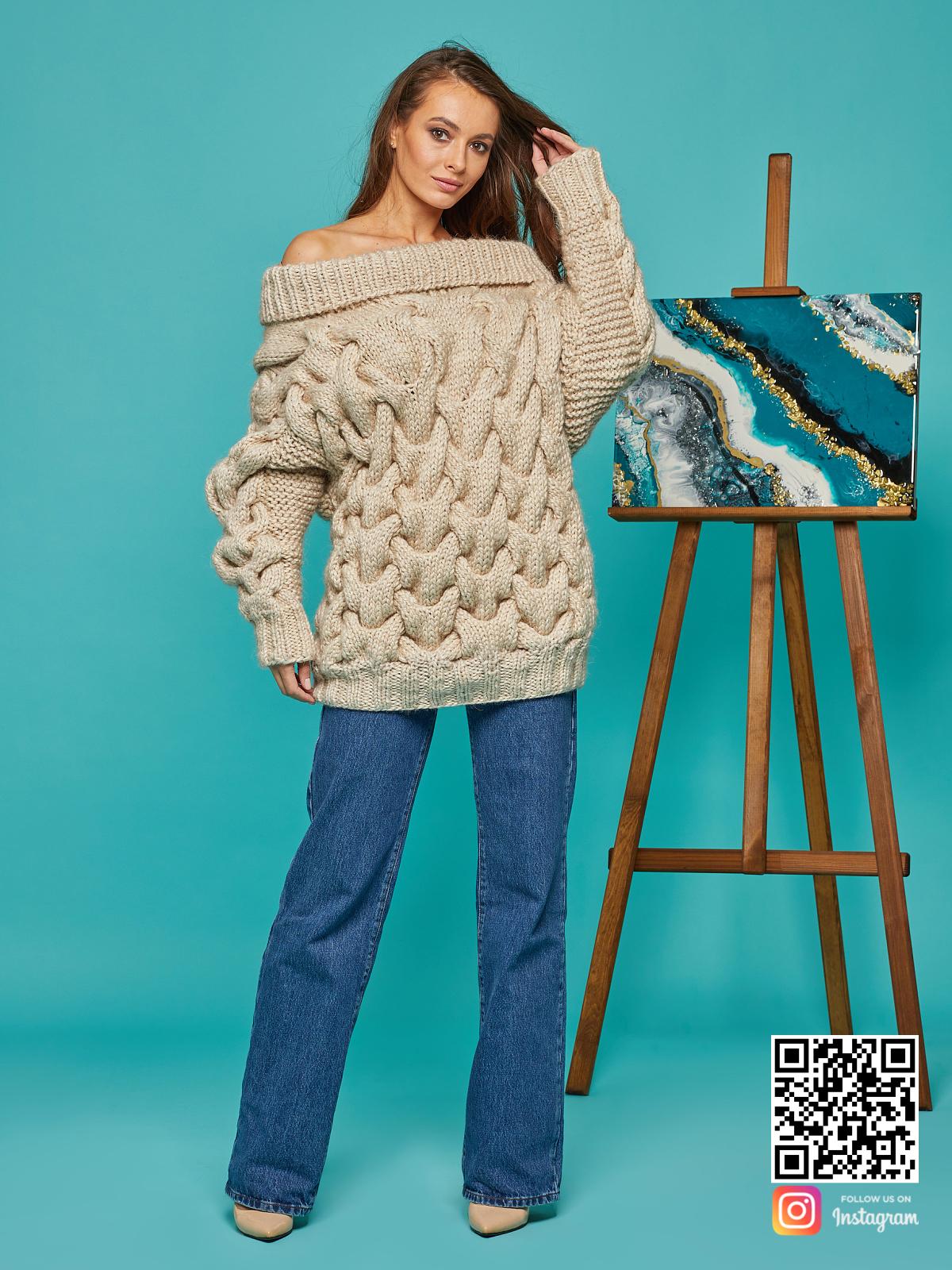 На фотографии женский свитер с косами от Shapar, бренда вязаной одежды ручной работы в интернет-магазине связанных спицами вещей.