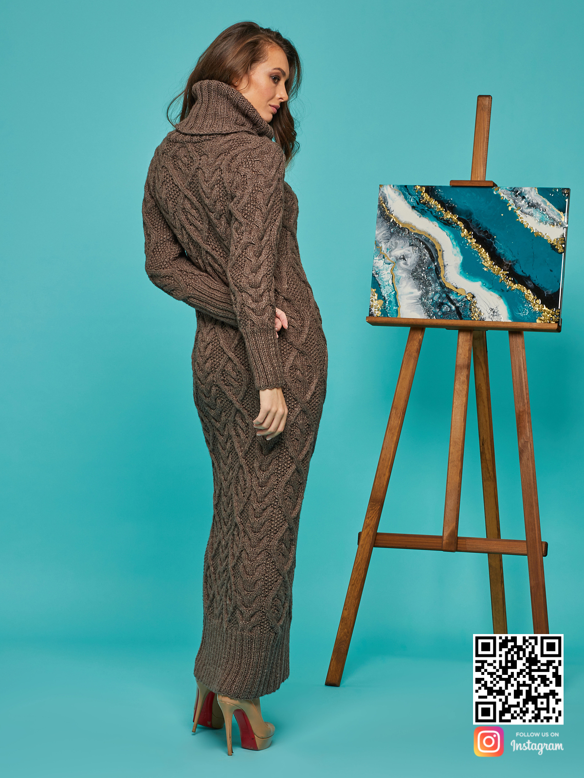 На второй фотографии зимнее вязаное платье со спины от Shapar, бренда женской одежды ручной работы в интернет-магазине связанных спицами вещей.