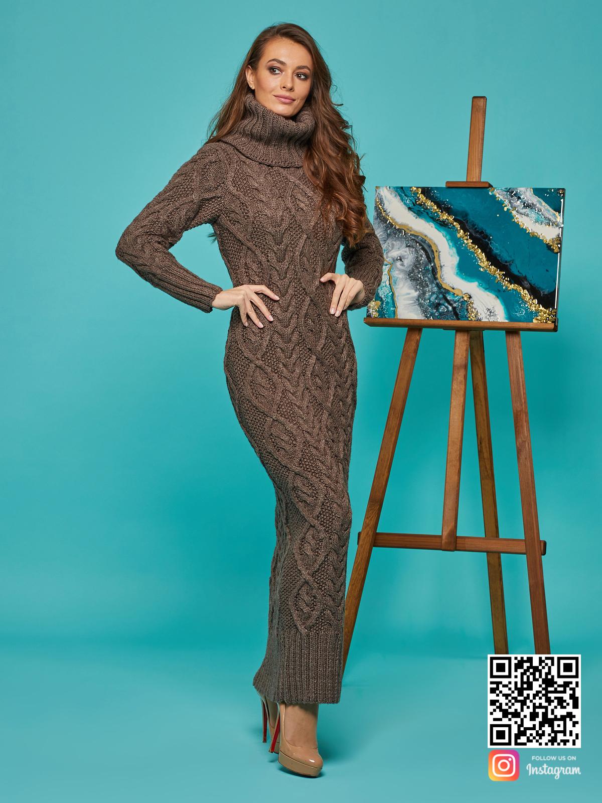 На фотографии зимнее вязаное платье от Shapar, бренда женской одежды ручной работы в интернет-магазине связанных спицами вещей.