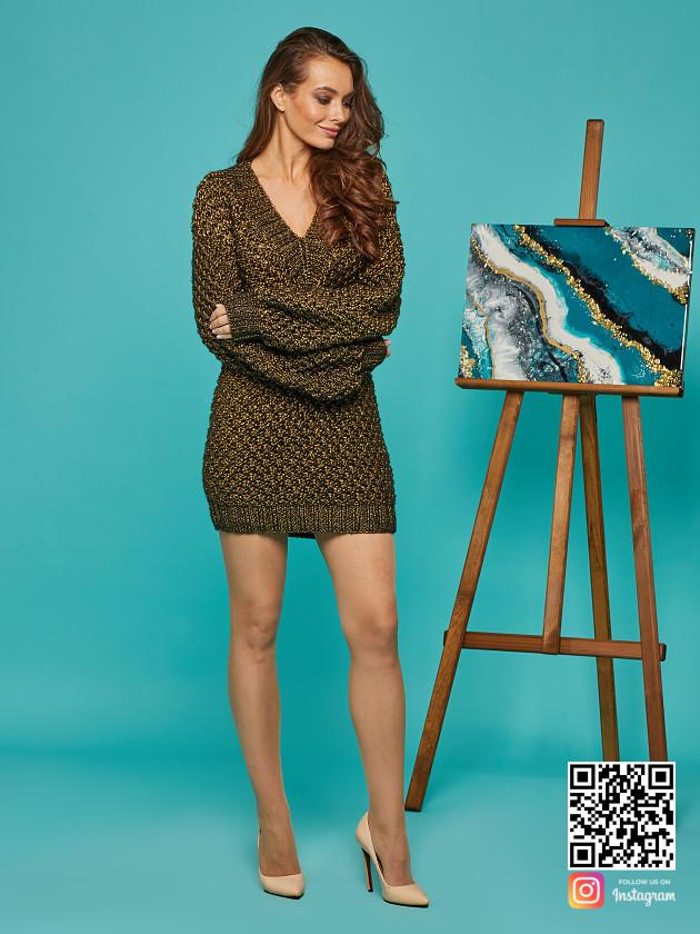 На фотографии женский золотой свитер от Shapar, бренда вязаной одежды ручной работы в интернет-магазине связанных спицами вещей.