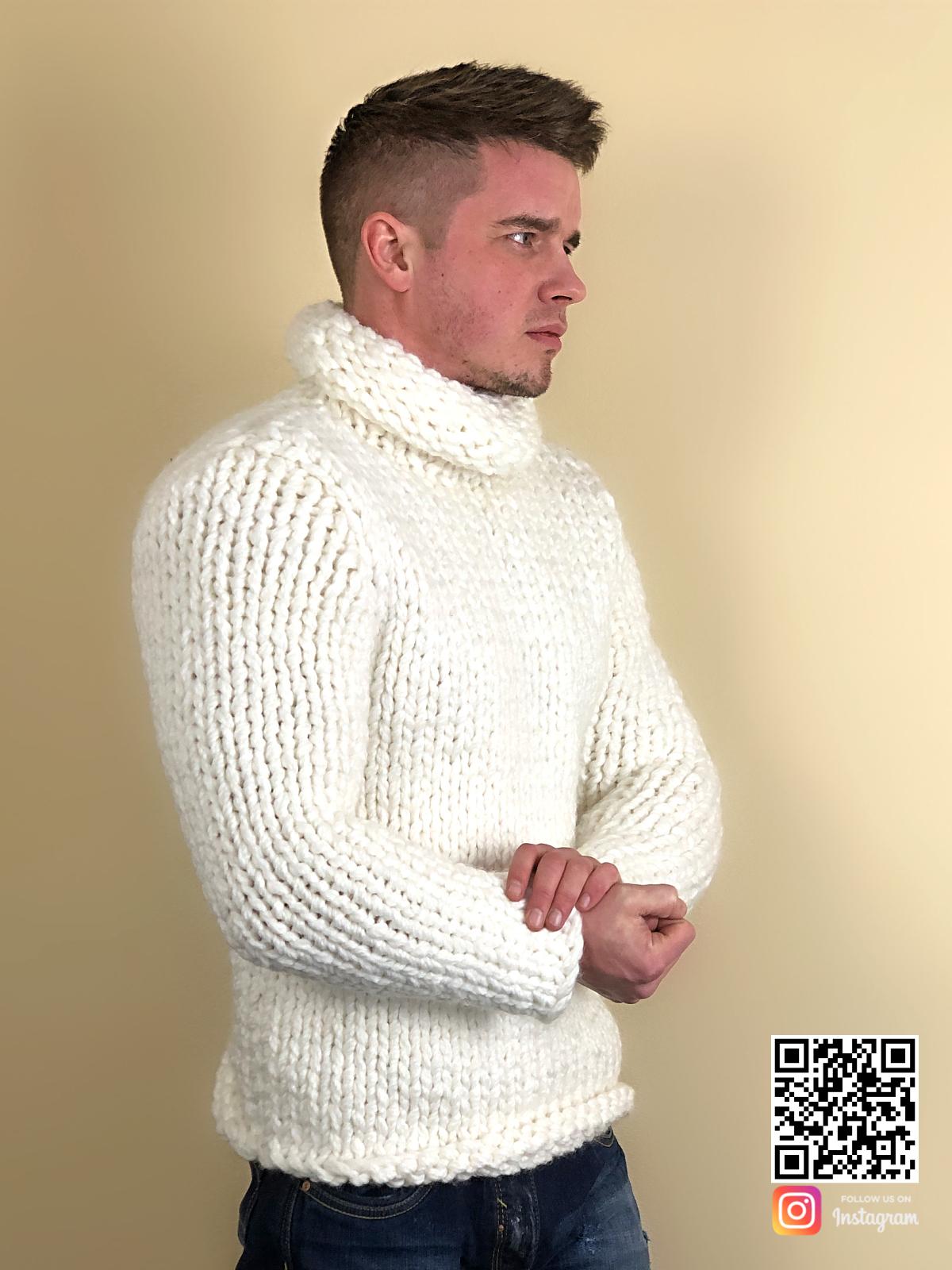 На второй фотографии белый свитер с объемным горлом мужской от Shapar, бренда вязаной одежды ручной работы в интернет-магазине связанных спицами вещей.