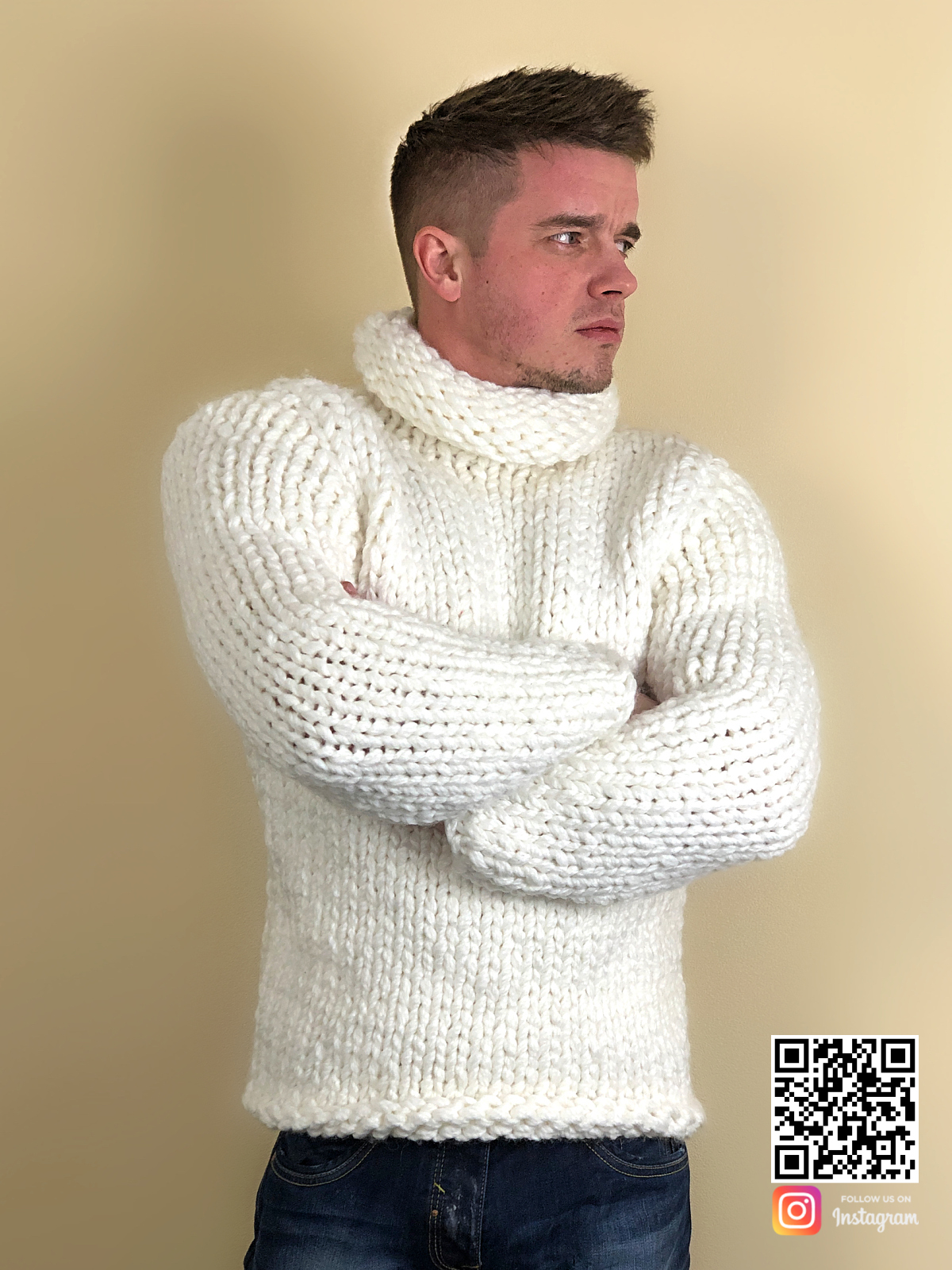 На фотографии белый свитер с горлом мужской от Shapar, бренда вязаной одежды ручной работы в интернет-магазине связанных спицами вещей.