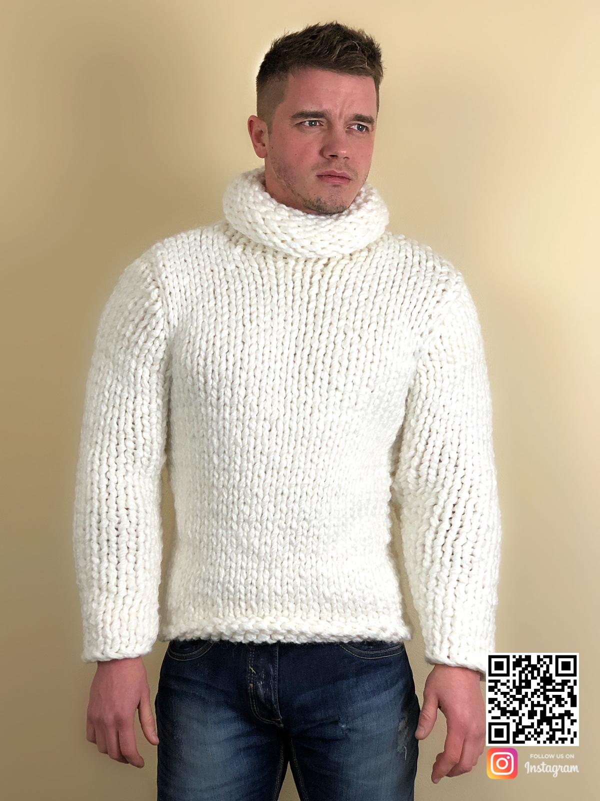 На четвертой фотографии теплый белый свитер с горлом мужской от Shapar, бренда вязаной одежды ручной работы в интернет-магазине связанных спицами вещей.