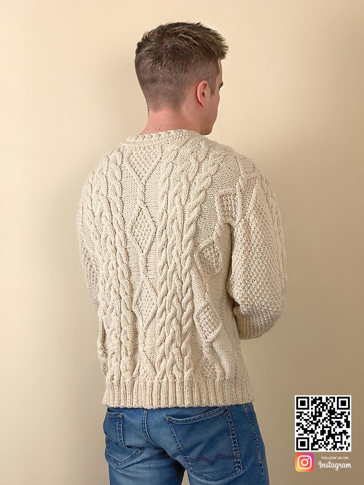 На второй фотографии мужской джемпер с узором косами со спины от Shapar, бренда вязаной одежды ручной работы в интернет-магазине связанных спицами вещей.
