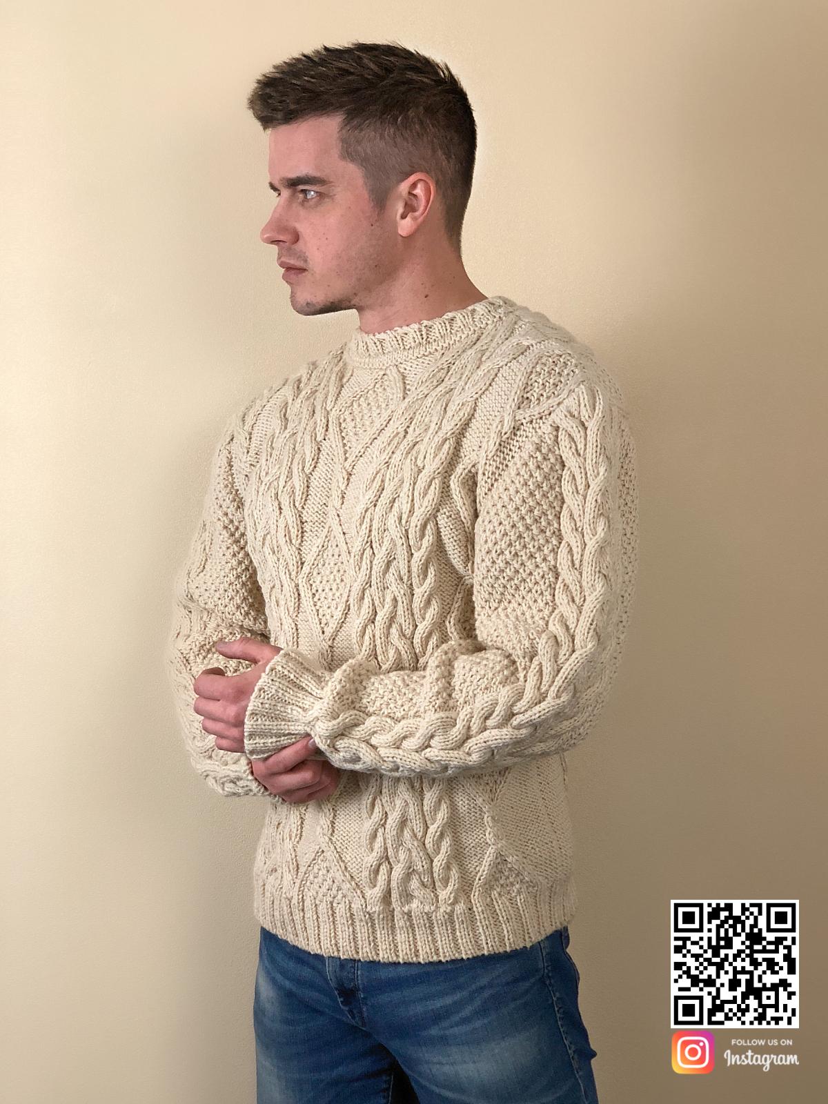 На третьей фотографии бежевый мужской джемпер с узором косами от Shapar, бренда вязаной одежды ручной работы в интернет-магазине связанных спицами вещей.