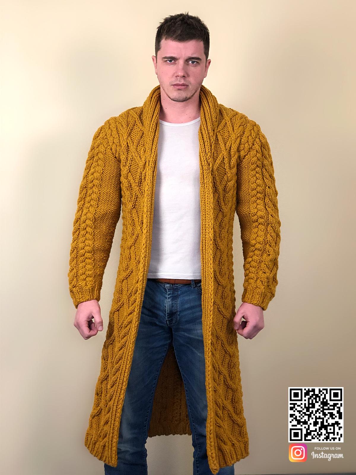 На четвертой фотографии длинный мужской стильный кардиган из шерсти от Shapar, бренда вязаной одежды ручной работы в интернет-магазине связанных спицами вещей.