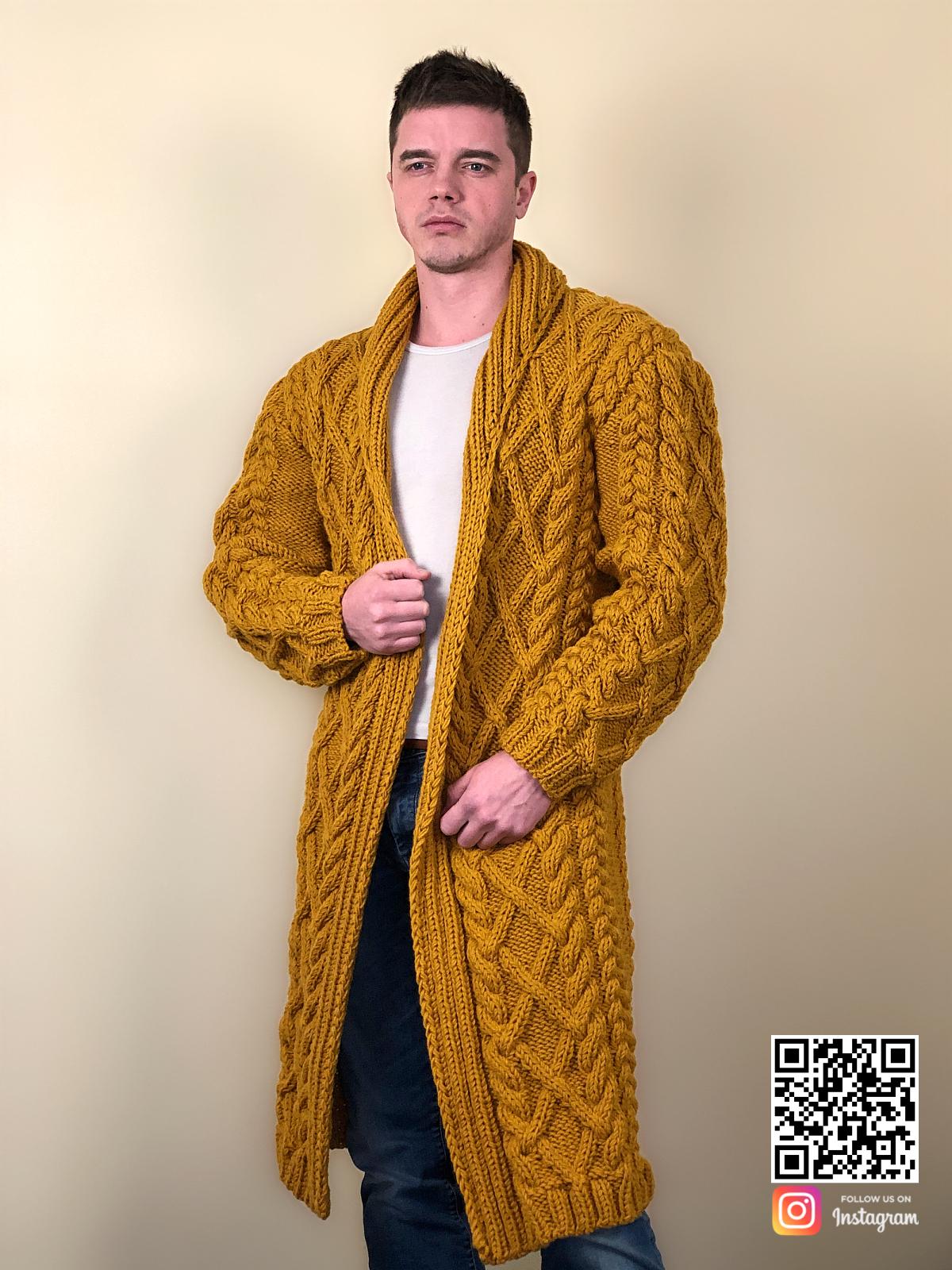 На фотографии мужской стильный кардиган от Shapar, бренда вязаной одежды ручной работы в интернет-магазине связанных спицами вещей.