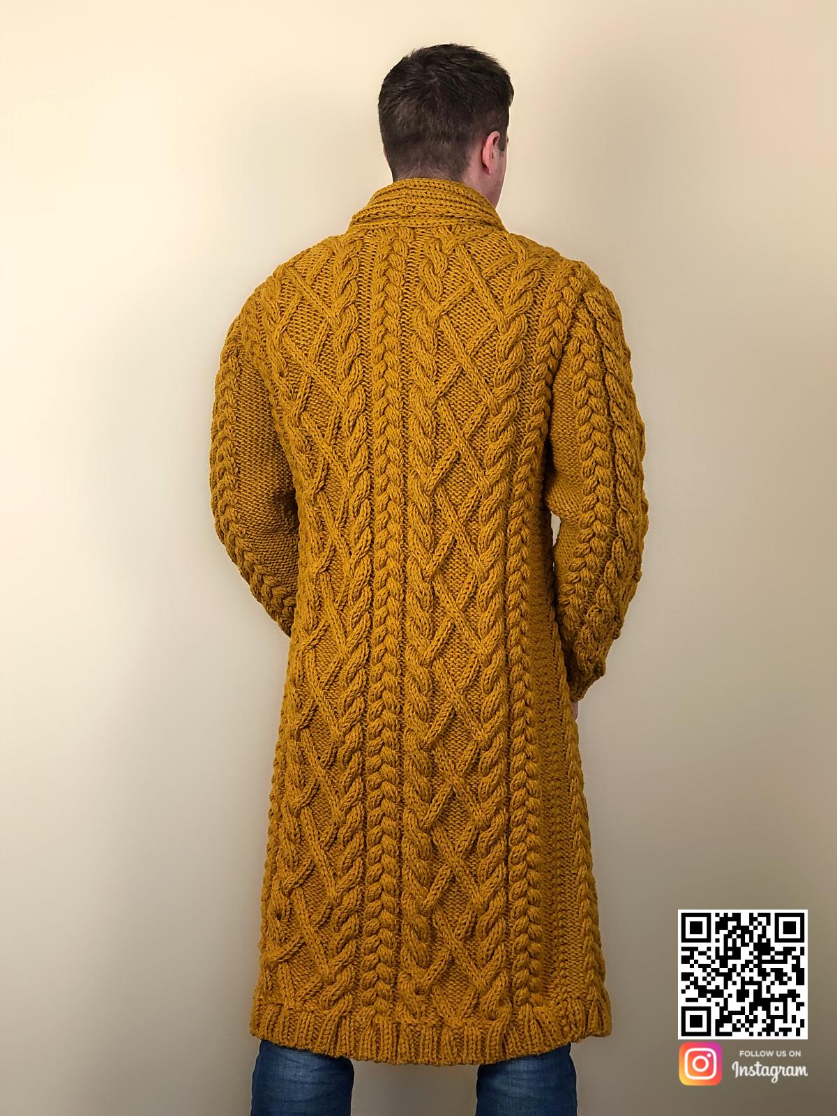 На второй фотографии мужской стильный кардиган со спины от Shapar, бренда вязаной одежды ручной работы в интернет-магазине связанных спицами вещей.