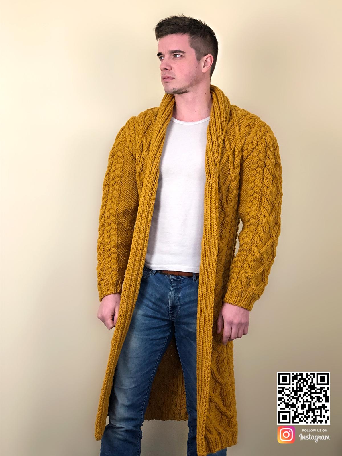 На пятой фотографии мужской стильный кардиган в косах от Shapar, бренда вязаной одежды ручной работы в интернет-магазине связанных спицами вещей.