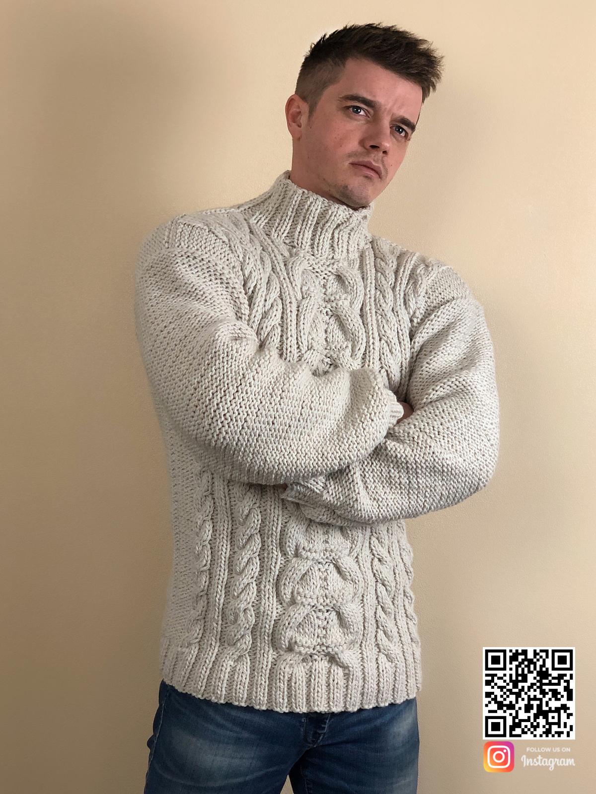 На пятой фотографии теплый мужской свитер с косами от Shapar, бренда вязаной одежды ручной работы в интернет-магазине связанных спицами вещей.
