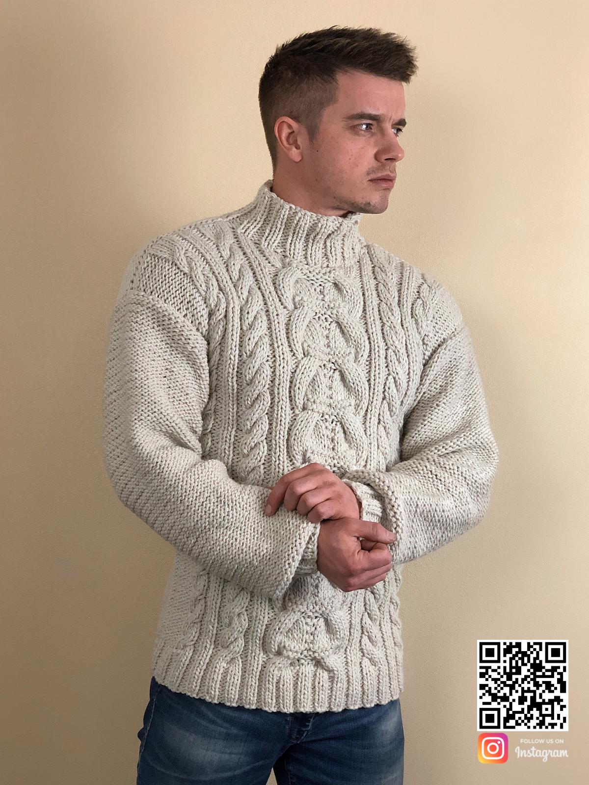 На фотографии мужской свитер с косами от Shapar, бренда вязаной одежды ручной работы в интернет-магазине связанных спицами вещей.
