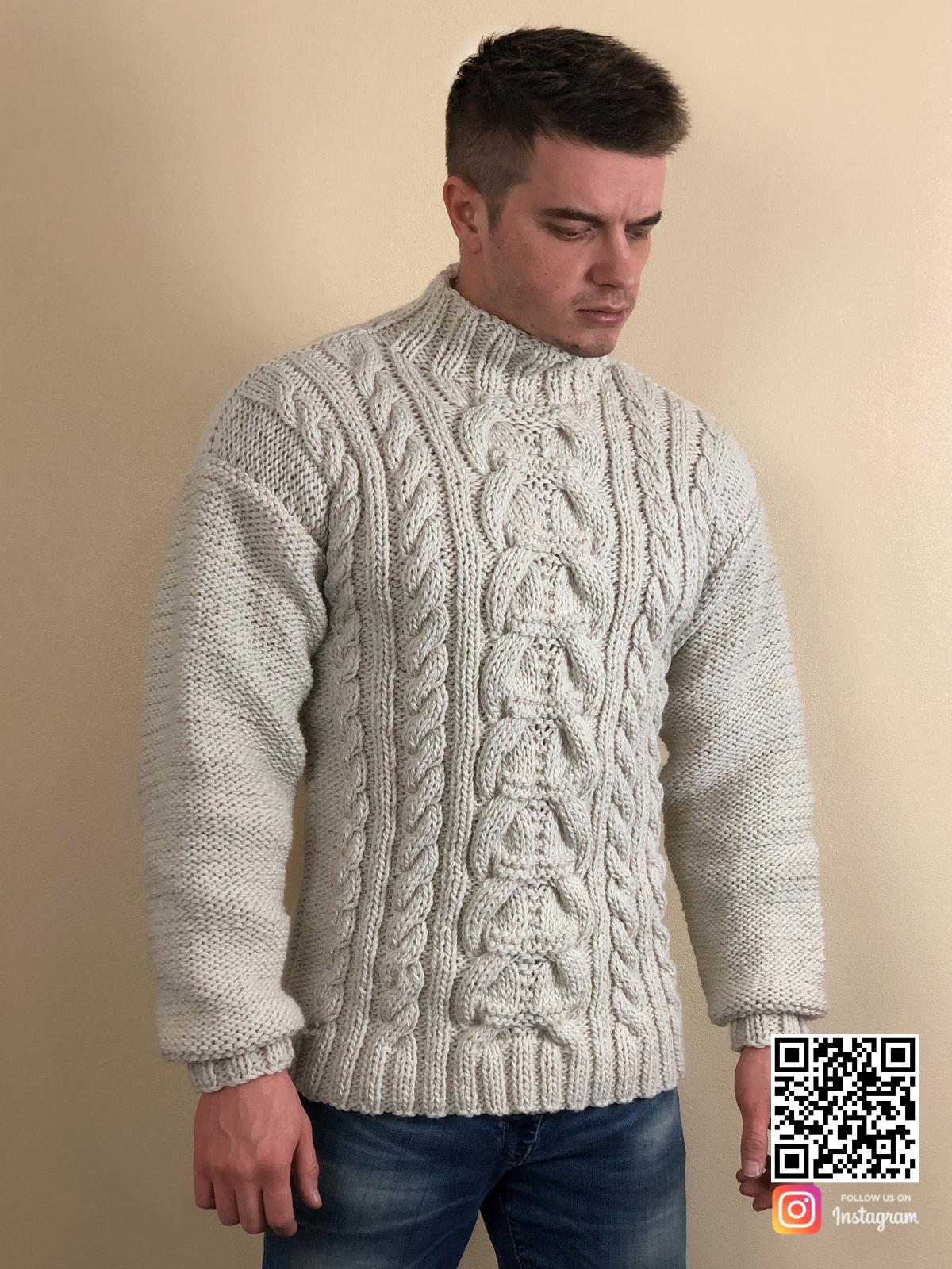 На третьей фотографии бежевый мужской свитер с косами от Shapar, бренда вязаной одежды ручной работы в интернет-магазине связанных спицами вещей.