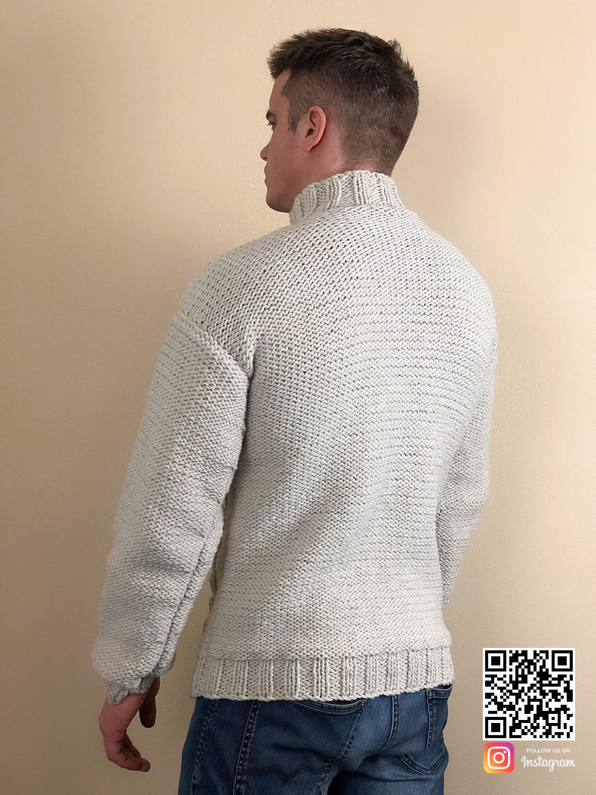 На второй фотографии мужской свитер с косами со спины от Shapar, бренда вязаной одежды ручной работы в интернет-магазине связанных спицами вещей.