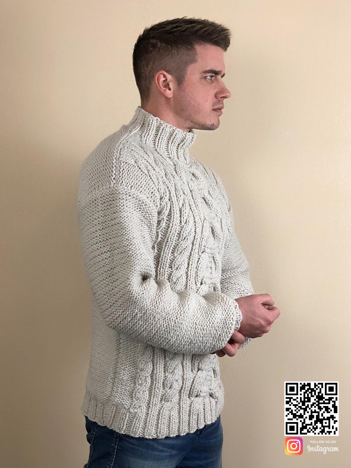 На четвертой фотографии мужской свитер с косами и воротником от Shapar, бренда вязаной одежды ручной работы в интернет-магазине связанных спицами вещей.