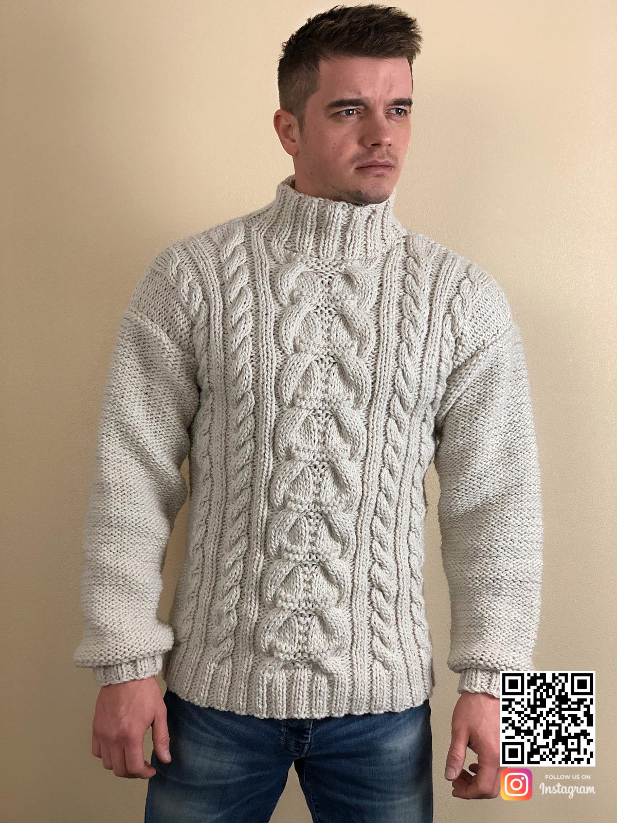 На шестой фотографии шерстяной мужской свитер с косами от Shapar, бренда вязаной одежды ручной работы в интернет-магазине связанных спицами вещей.