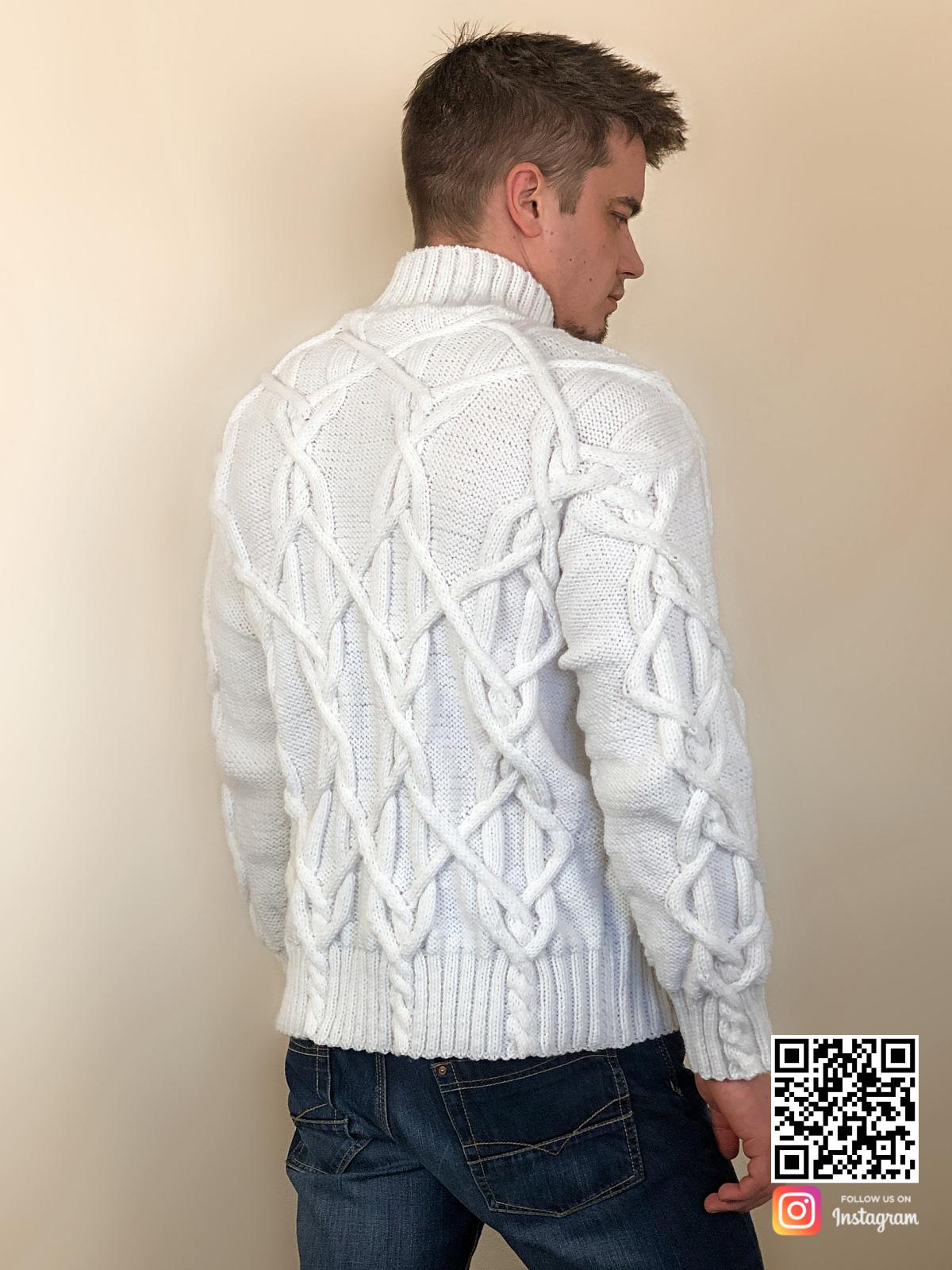 На второй фотографии белый мужской свитер с косами со спины от Shapar, бренда вязаной одежды ручной работы в интернет-магазине связанных спицами вещей.