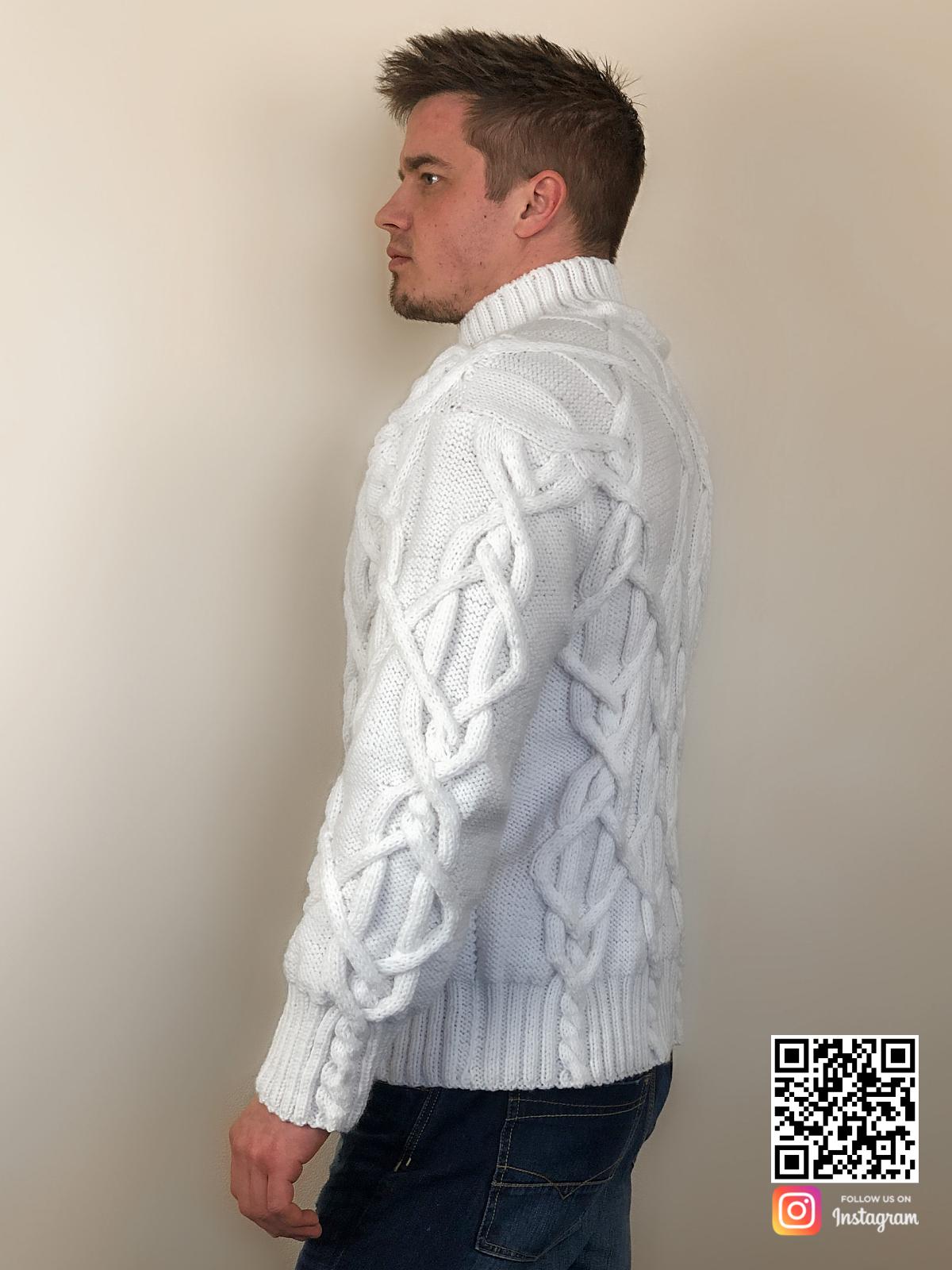 На пятой фотографии элегантный белый мужской свитер с косами от Shapar, бренда вязаной одежды ручной работы в интернет-магазине связанных спицами вещей.