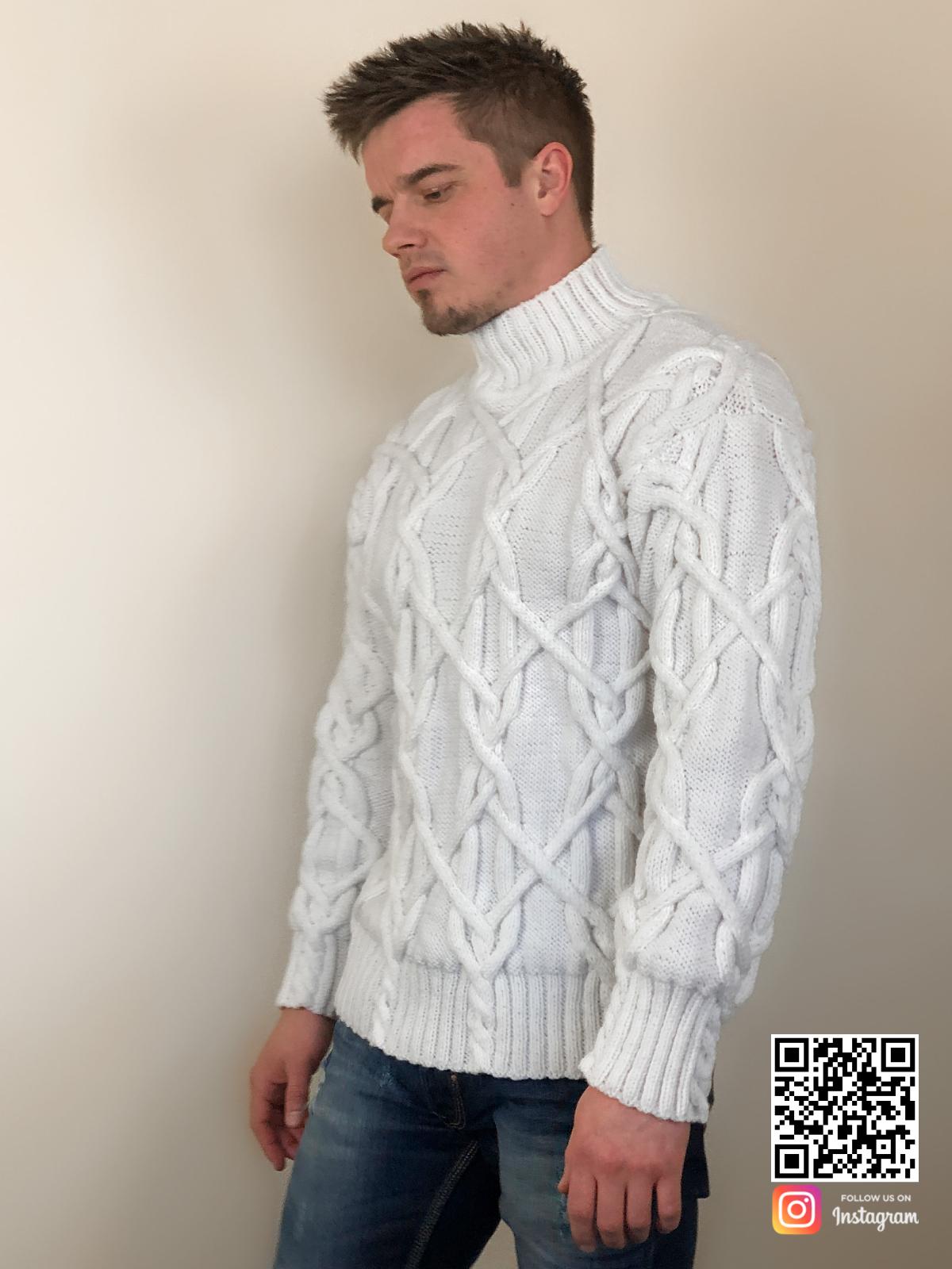 На четвертой фотографии теплый белый мужской свитер с косами от Shapar, бренда вязаной одежды ручной работы в интернет-магазине связанных спицами вещей.
