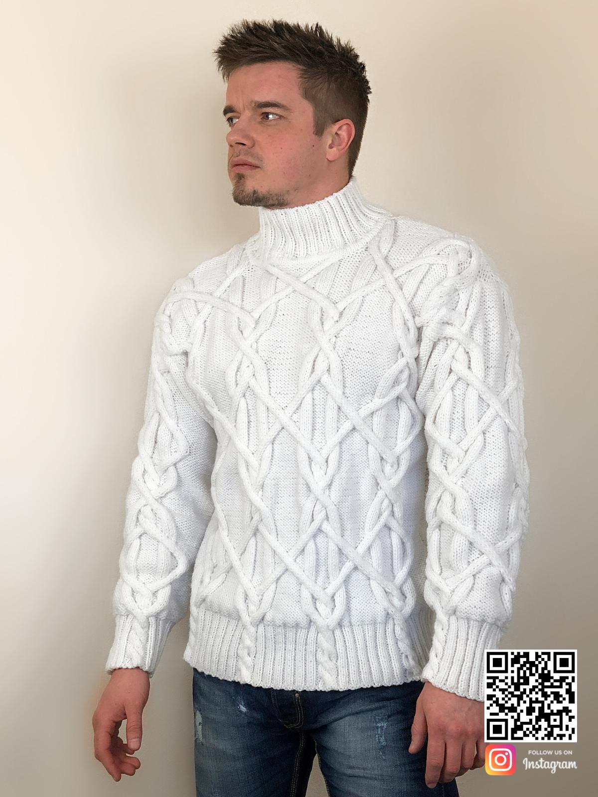 На фотографии белый мужской свитер с косами от Shapar, бренда вязаной одежды ручной работы в интернет-магазине связанных спицами вещей.
