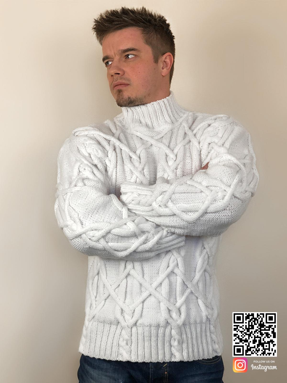 На шестой фотографии стильный белый мужской свитер с косами от Shapar, бренда вязаной одежды ручной работы в интернет-магазине связанных спицами вещей.