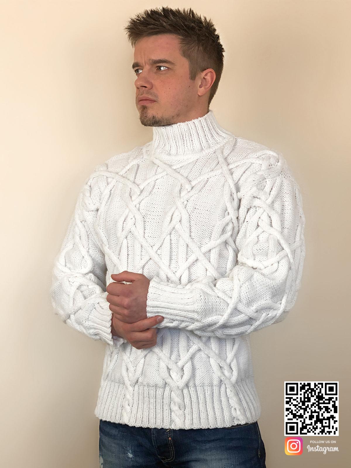 На третьей фотографии белый мужской свитер с косами и воротником от Shapar, бренда вязаной одежды ручной работы в интернет-магазине связанных спицами вещей.