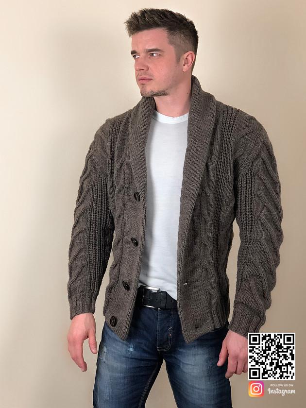 На фотографии пиджак кардиган от Shapar, бренда вязаной одежды ручной работы в интернет-магазине связанных спицами вещей.