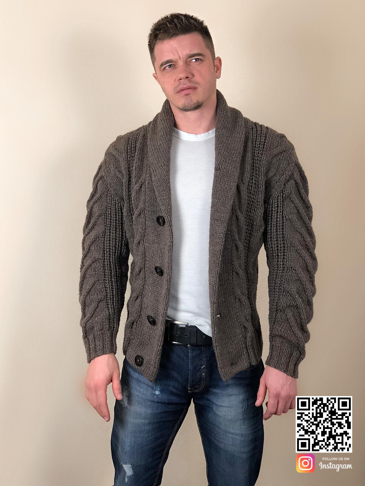 На пятой фотографии стильный пиджак кардиган с косами для мужчин от Shapar, бренда вязаной одежды ручной работы в интернет-магазине связанных спицами вещей.