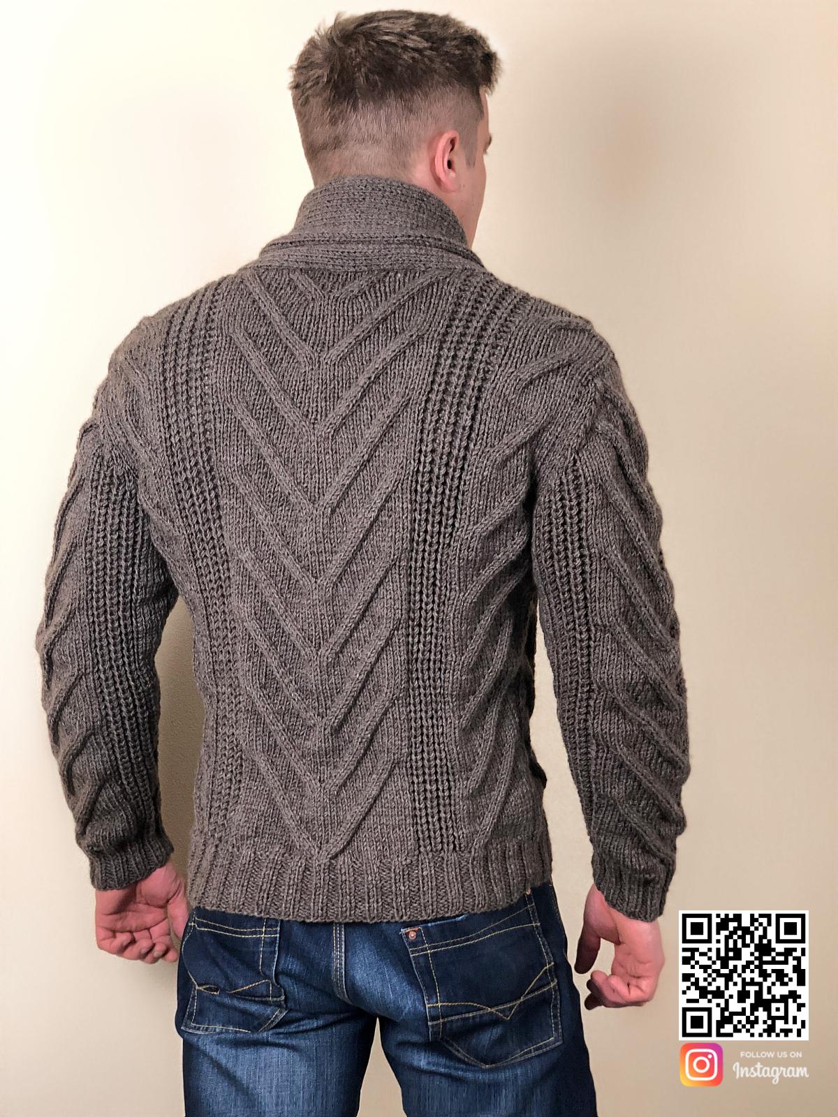 На второй фотографии пиджак кардиган со спины от Shapar, бренда вязаной одежды ручной работы в интернет-магазине связанных спицами вещей.