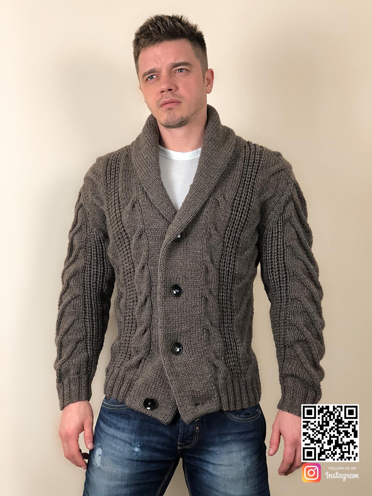 На третьей фотографии мужской пиджак кардиган от Shapar, бренда вязаной одежды ручной работы в интернет-магазине связанных спицами вещей.