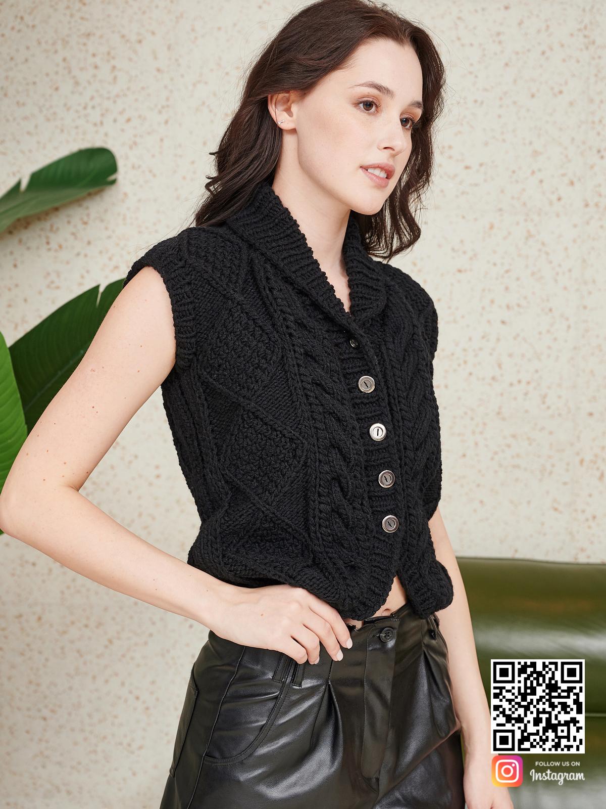 На третьей фотографии черная жилетка женская на пуговицах от Shapar, бренда вязаной одежды ручной работы в интернет-магазине связанных спицами вещей.