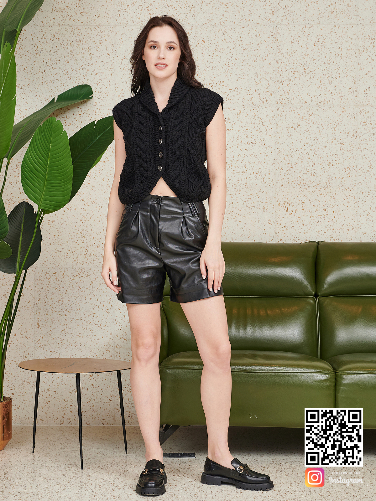 На пятой фотографии черная жилетка женская с косами от Shapar, бренда вязаной одежды ручной работы в интернет-магазине связанных спицами вещей.