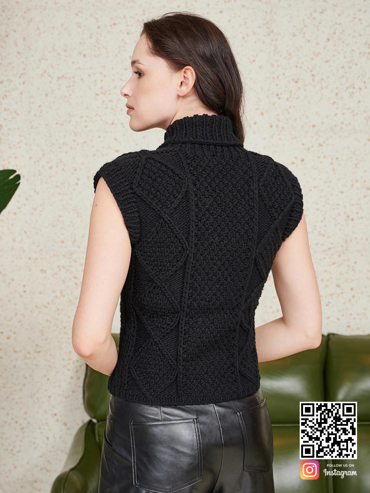 На второй фотографии черная жилетка женская со спины от Shapar, бренда вязаной одежды ручной работы в интернет-магазине связанных спицами вещей.