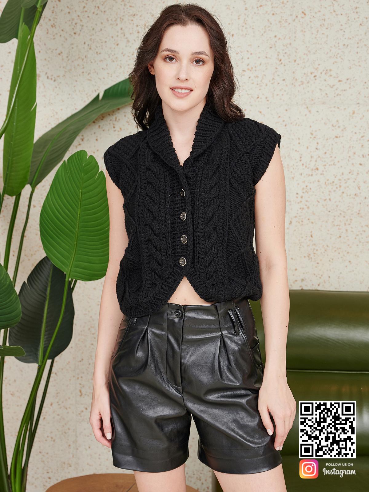 На восьмой фотографии стильная жилетка женская черного цвета от Shapar, бренда вязаной одежды ручной работы в интернет-магазине связанных спицами вещей.