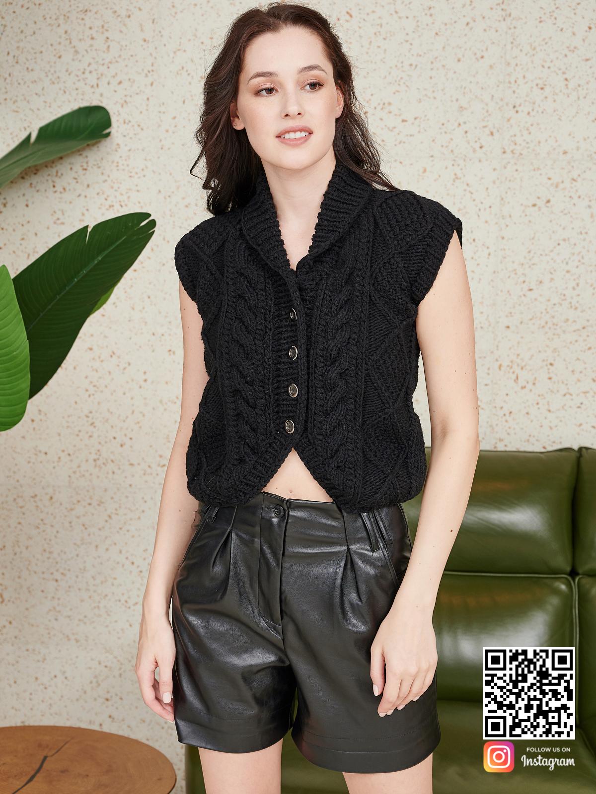 На седьмой фотографии модная черная жилетка женская от Shapar, бренда вязаной одежды ручной работы в интернет-магазине связанных спицами вещей.