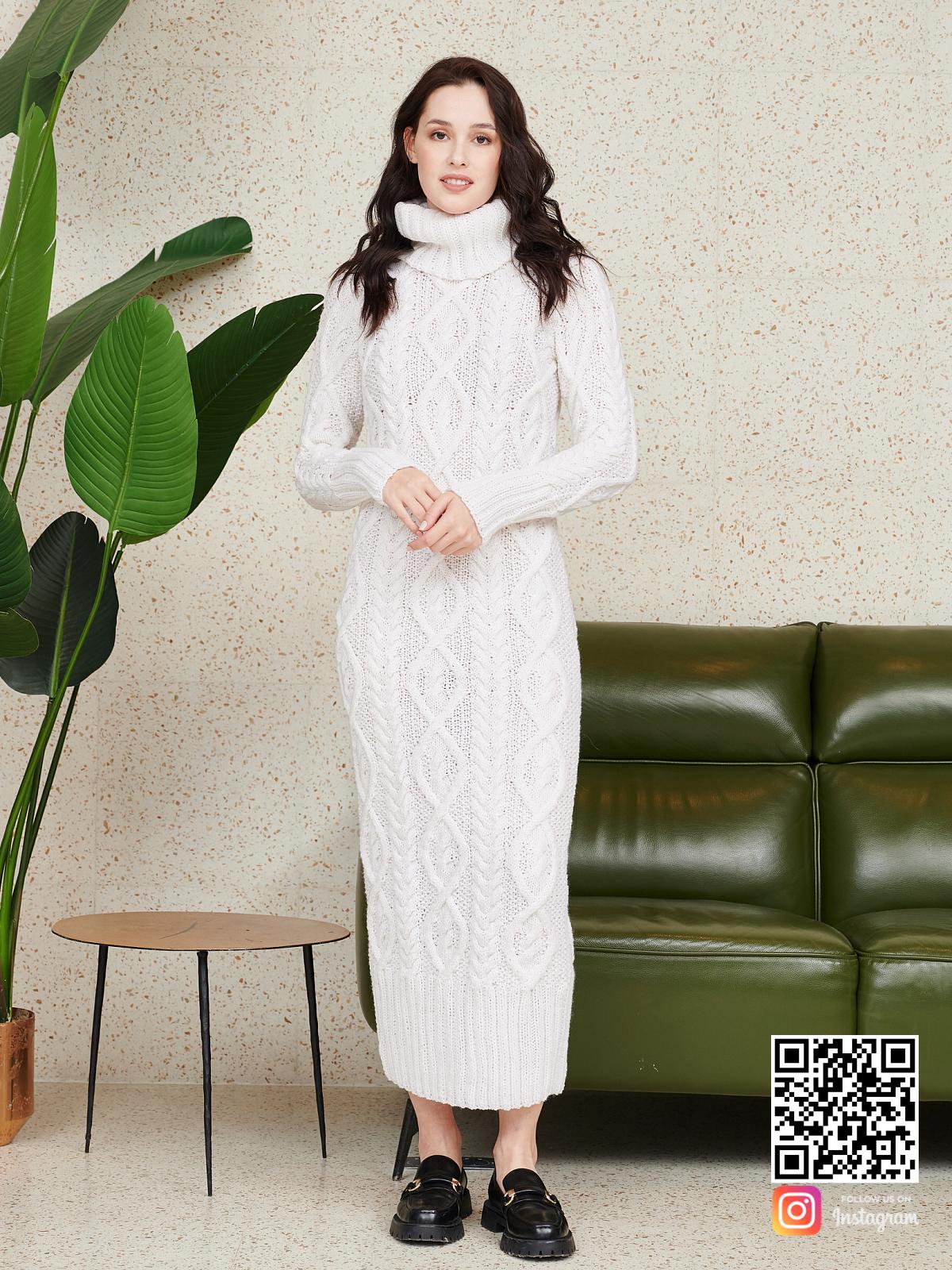На фотографии длинное вязаное платье от Shapar, бренда женской одежды ручной работы в интернет-магазине связанных спицами вещей.