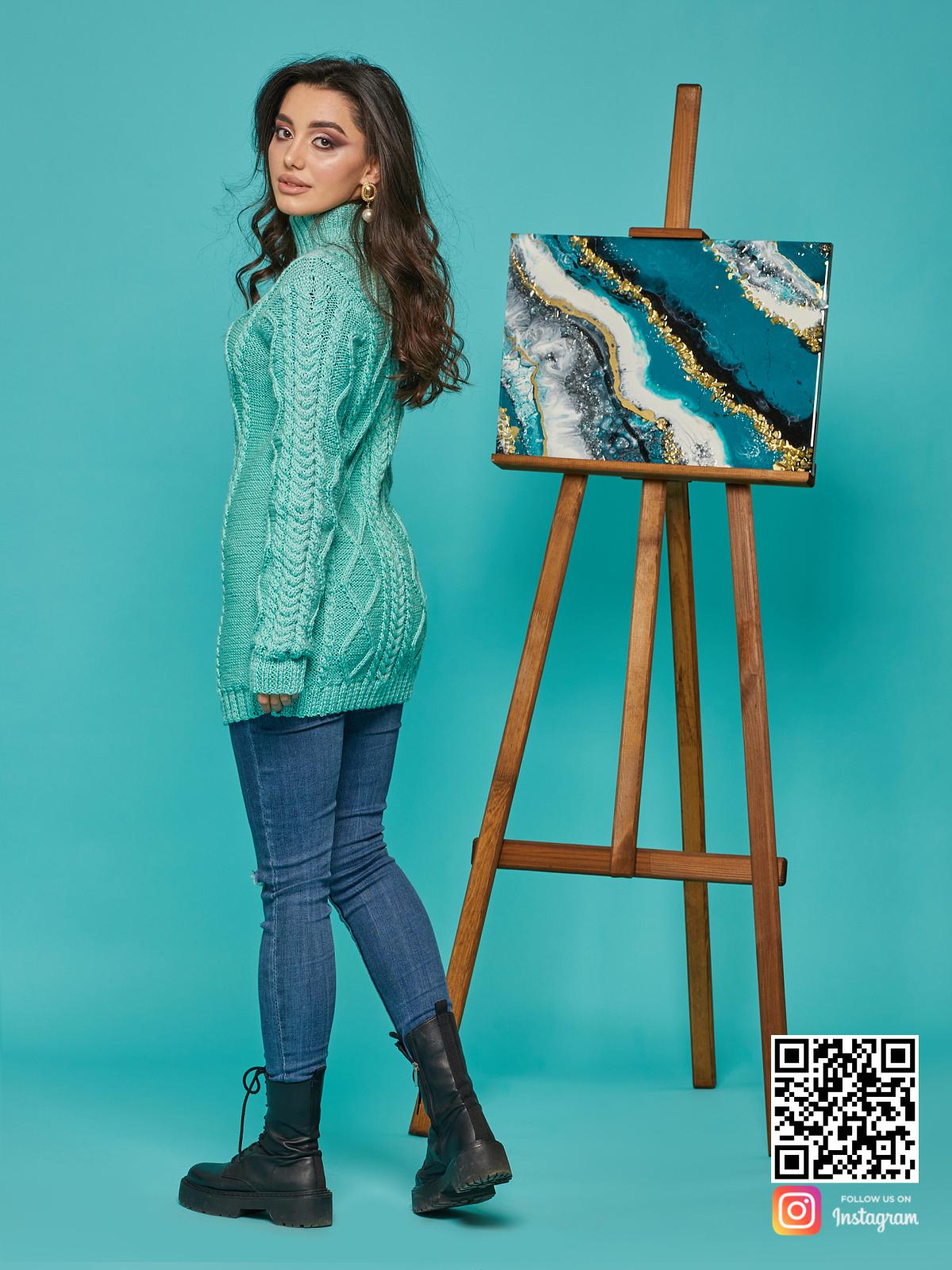 На третьей фотографии длинный вязаный свитер бирюзового цвета от Shapar, бренда женской одежды ручной работы в интернет-магазине связанных спицами вещей.