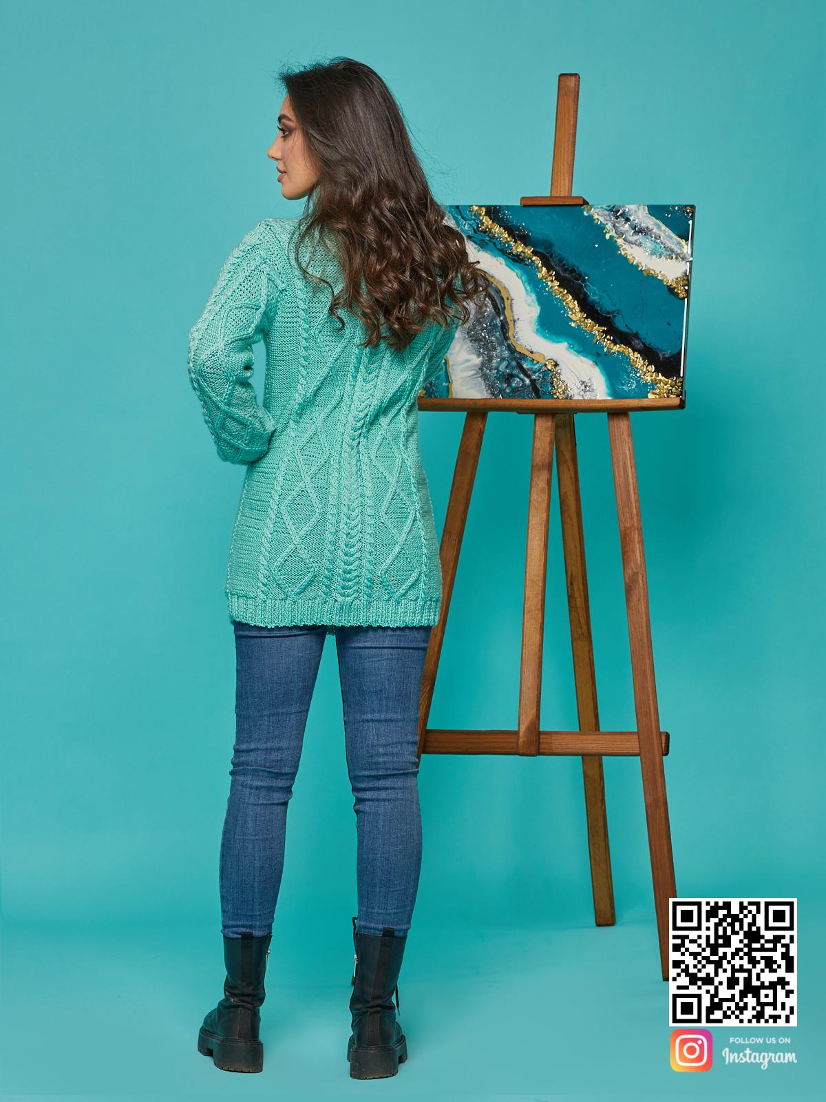На второй фотографии длинный вязаный свитер со спины от Shapar, бренда женской одежды ручной работы в интернет-магазине связанных спицами вещей.