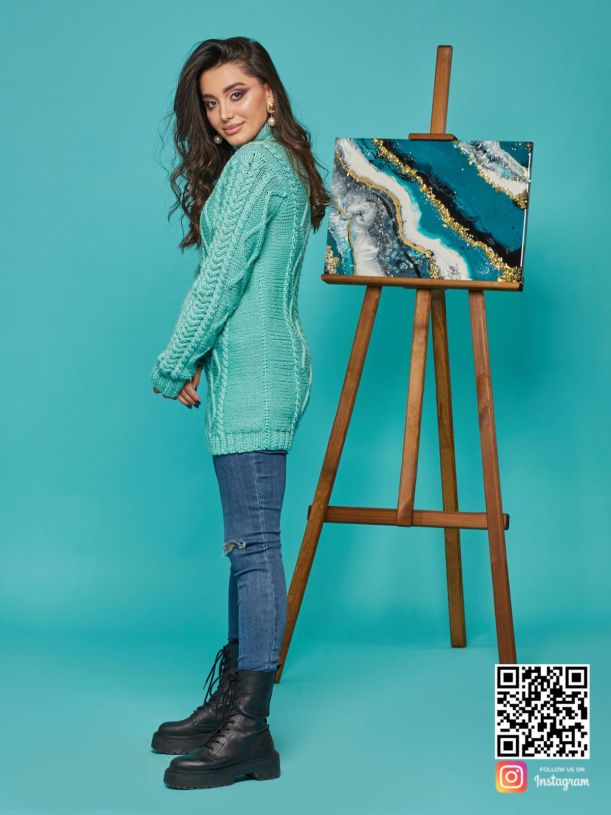 На четвертой фотографии длинный вязаный свитер в косах от Shapar, бренда женской одежды ручной работы в интернет-магазине связанных спицами вещей.